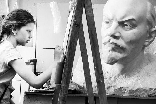"""Hier schaut Lenins Gipskopf einer Kunstschülerin im Kulturpalast """"Gorod"""" beim Malen eines  –  Blumen-Stillebens zu"""