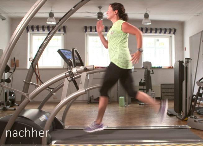 Die Frau läuft auf dem Laufband, sie ist bereits optimiert, dies ist nach der Analyse und Verbesserung durch z. B. Einlagen, Übungen, sie hat eine große Verbesserung erzielt, der Laufstil und die Technik wurden besser