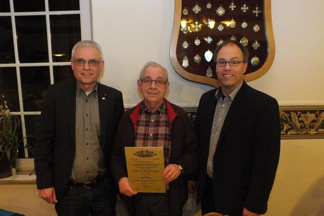 Für 40 Jahre Vorstandsarbeit geehrt Alfons Pöpsel und Jörg Bücker für 25 jährige Chorleitertätigkeit v.l.n.r. Paul Knierbein, Alfons Pöpsel, Jörg Bücker