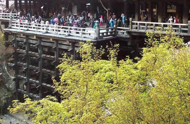La structure toute en bois chevillé soutenant le Butai au-dessus du précipice