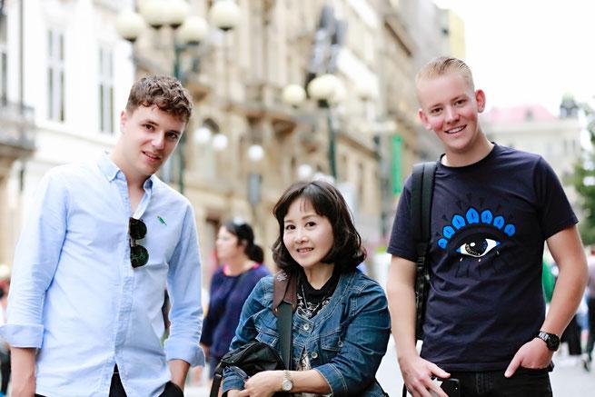 ★プラハ・カレル橋近くで出会ったBOYS3人組と。帰国してメール添付で画像を送ってあげました。国を超えて繋がるフォトコミュニケ―ション、嬉しいですよね~。