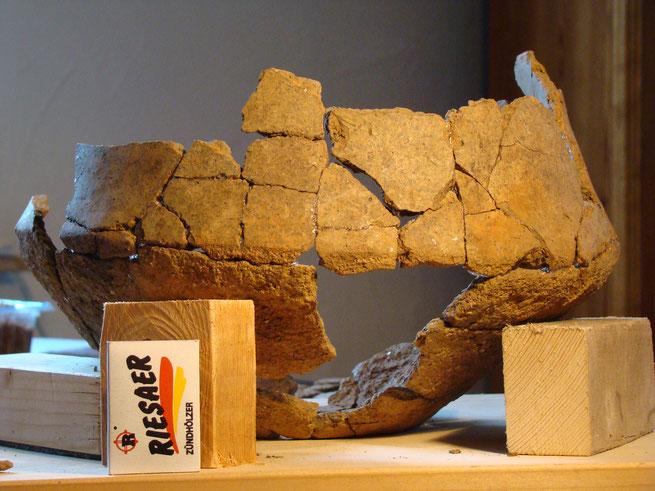 Die Urne ein sogenannter Doppelkonus stammt vom Buchholzer Urnengräberfeld und ist ca. 1200 Jahre alt