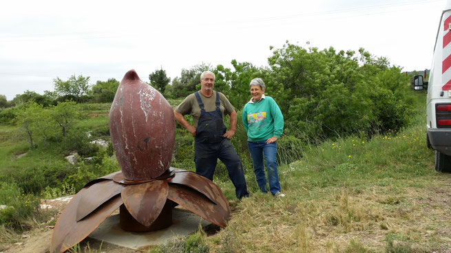 Jane Ivoire, sculptrice et Gines Aznar, ferronnier d'art devant leur oeuvre commune