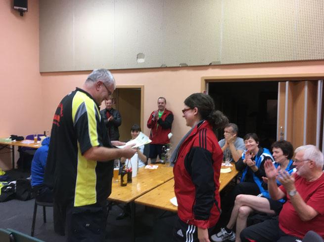 Rüdiger Menzner überreicht Nicole Keller ihre Urkunde zu Vereinsmeisterschaft der Damen.