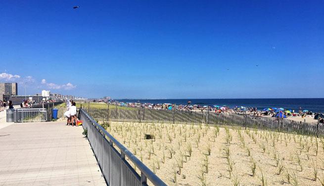 freaky finance, freaky travel, Rockaway Beach, New York, Strand, blauer Himmel