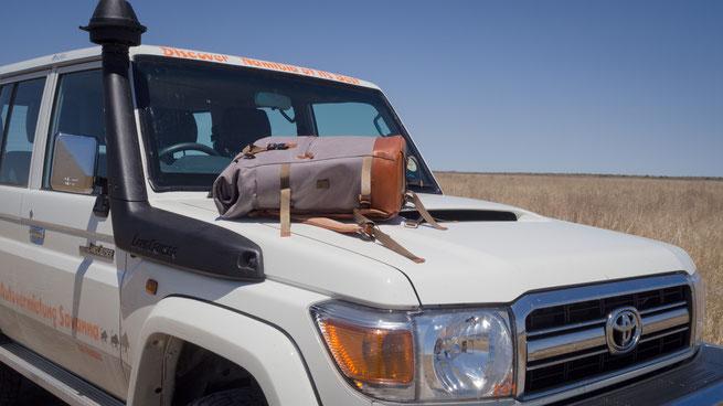 eine symbiose, der landcruiser und the backpack von compagnon in der central kalahari in botswana