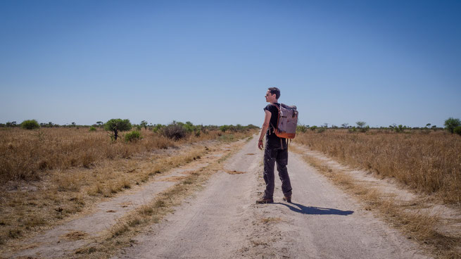 the backpack von compagnon in der central kalahari in botswana