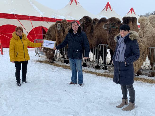 1. Vorstand Theresia Maier und Linda Ferrante mit Herr Kaiser vom Circus Barnum