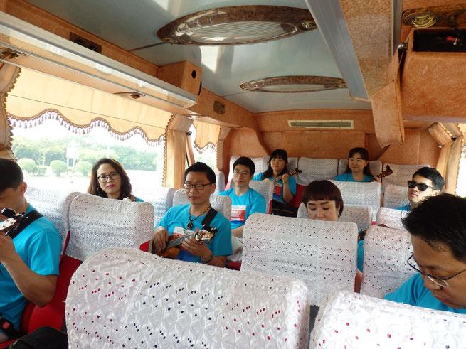 移動のバスの中!後方に座ってる団員の方々は各自もくもくと指の準備運動をしてました!