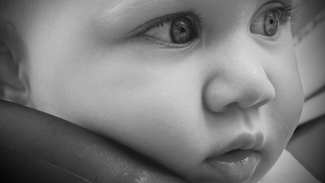 Baby sieht unschuldig in die Zukunft