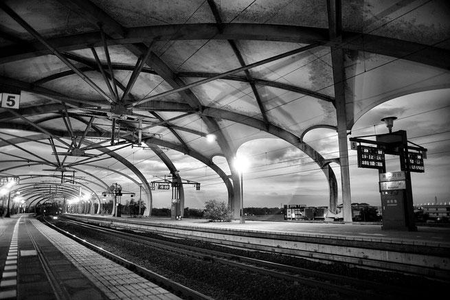 Bahnhof in schwarz-weiß