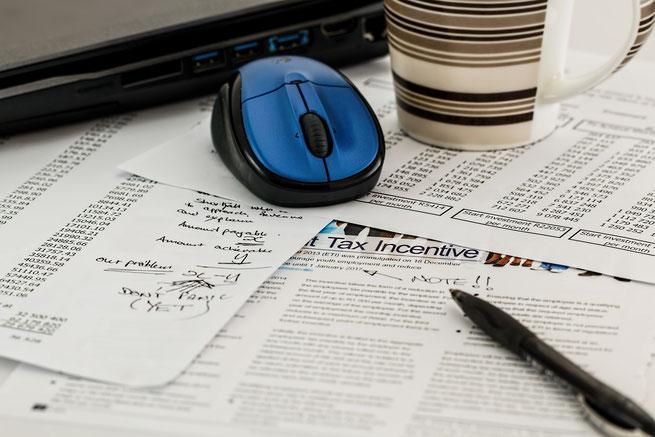 Steuererklärung, Maus, Kaffeebecher, Laptop