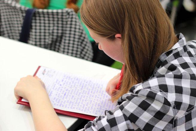 Schülerin bei ihrer Arbeit