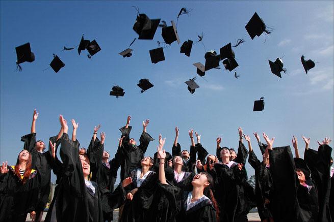 Studierende bei der Abschlussfeiern