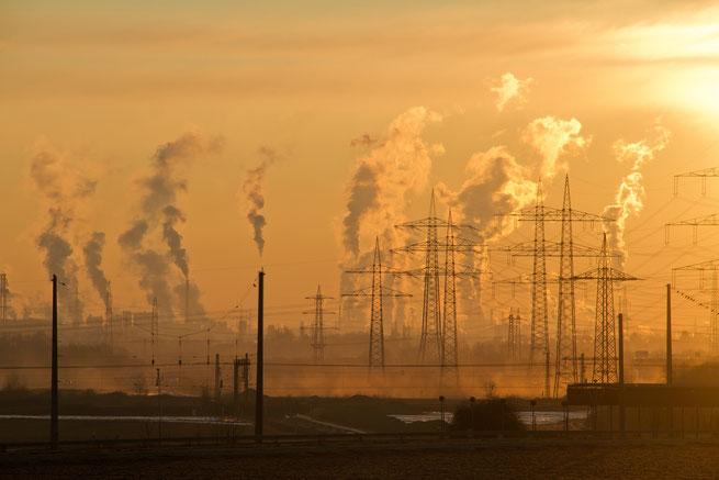 Fabriken produzieren Rauch