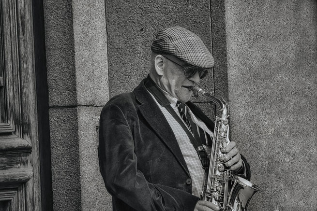 playing-saxophone-musiker-lettland