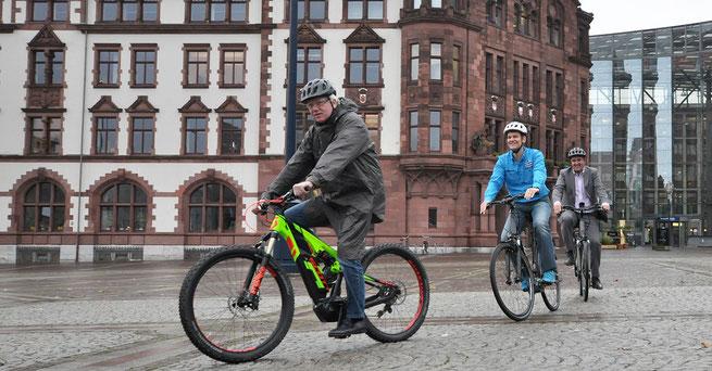 Dortmunds Oberbürgermeister Ullrich Sierau (vorne) freut sich auf das Riesenereignis © Stefanie Kleemann