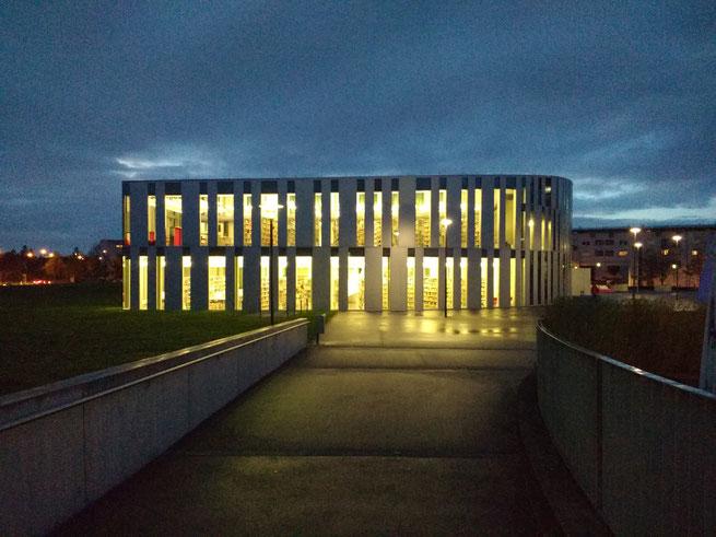 Foto des Neubaus der HdM mit der Bibliothek am frühen Morgen