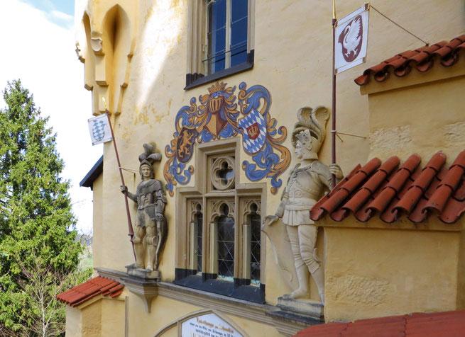 Hohenšvangau pilies sienas Bavarijoje puošia herbai ir skulptūros