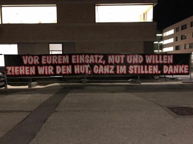 Vor dem Mödlinger Krankenhaus drückten die Südstadt Fanatics ihren Respekt vor den Mitarbeitern aus