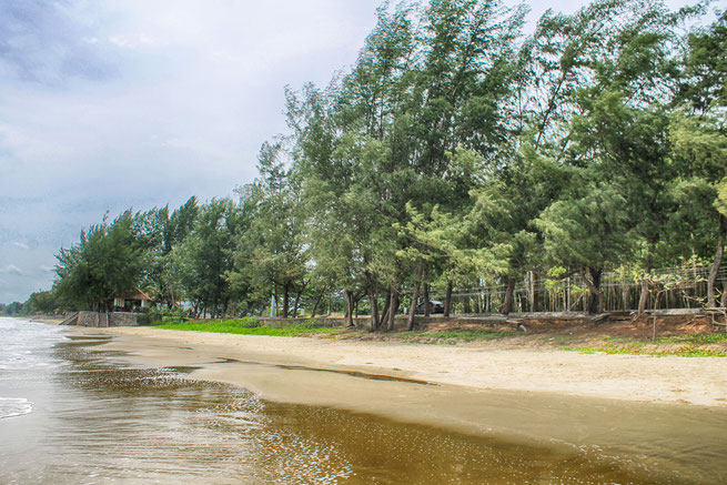 Der weiße Sanstrand des Laem Mae Phim ist sauber und weich