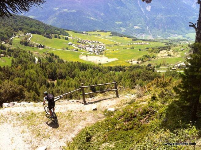 Inforchiamo la breve e facile discesa, destinazione Col du St. Pantaleon