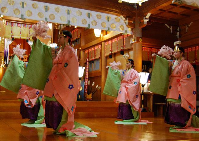 祈年祭で神前に奉納される桜山の舞
