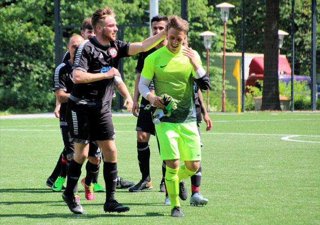 Maximilian Kochsiek (drei Treffer, li.), mit 35 Buden Torschützenkönig 2017/18, verabschiedete ebenfalls seinen Freund Thorben Joost. Foto: Mathias Merk