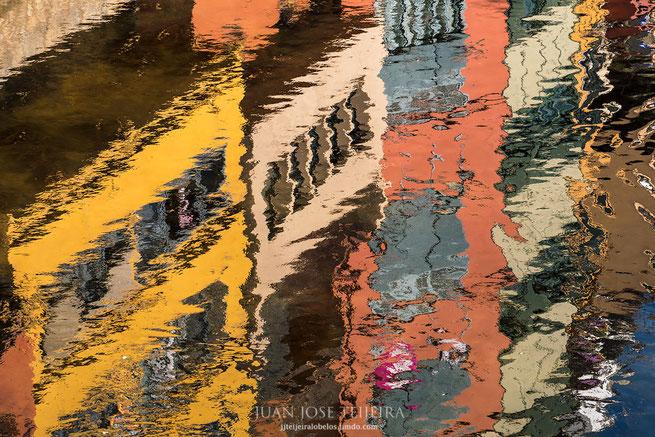 Reflejos en el río Onyar, Girona, Cataluña.