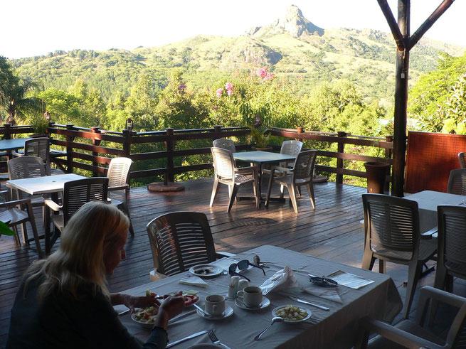 """Swaziland, Fruehstueck in der Mantega Lodge, im HIntergrund """"Execution Rock"""""""