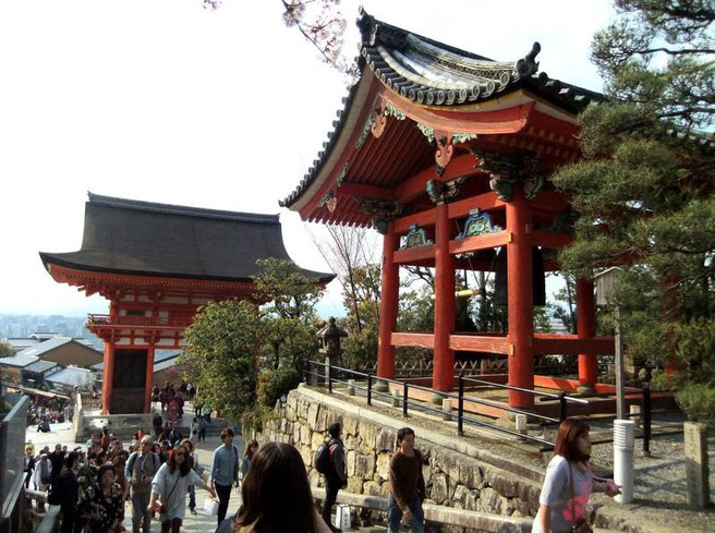 """""""Porte Deva""""  (仁王門 Niō Mon) et le Shoro"""