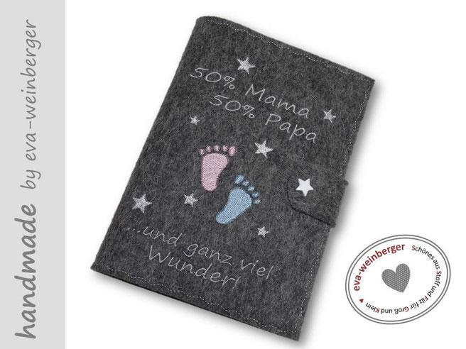 Mutterpasshülle Wollfilz 50% Mama 50% Papa ...und ganz viel Wunder! Musterfoto: Filz dunkelgrau, Schrift silbergrau, Babyfüße rosa/hellblau Druckknopf Stern weiß