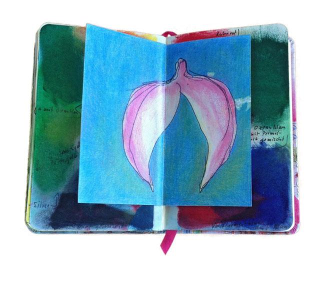 Offene Skizzenbuch Seite mit einer farbigen Blüte. Hintergrund blaugün und Blüte rosa.
