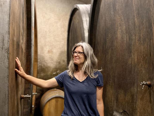 Weinkeller Alain Emery in Aigle, Kirsten Rick vor Weinfässern