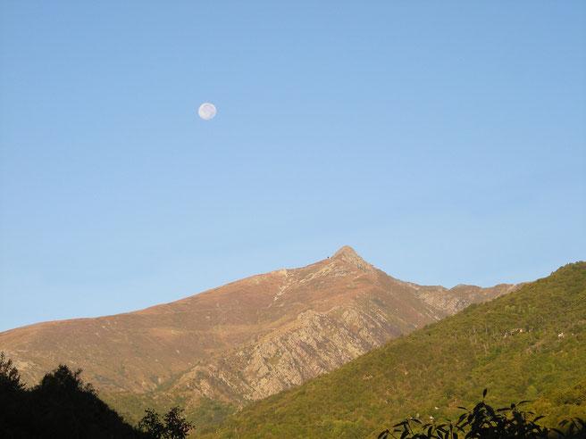 Il pizzo di Ormea e la sua luna
