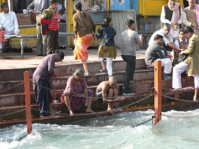 Bain des pelerins dans le fleuve sacre à Haridwar