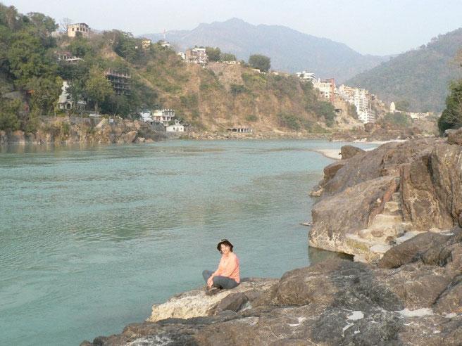Maman en méditation sur les bords du Ganges a Richikesh
