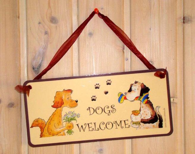 Hundeschild, wetterfest, mit der Aufschrift dogs welcome und schönen Illustrationen von zwei freundlichen Hunden mit einem Knochen und Dosenfutter