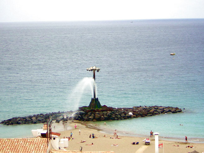 Wasserfall am Sandstrand Las Vistas in Los Christianos auf tenerife
