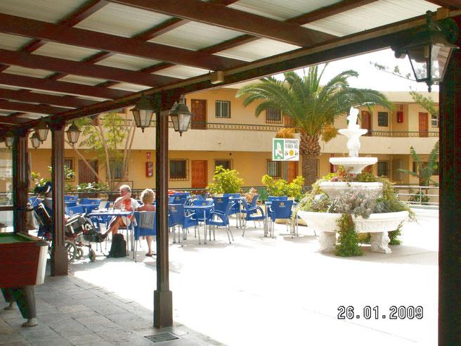 Terrasse am Pool in der Apartmentanlage los Torres am Strand von Las Vistas auf teneriffa