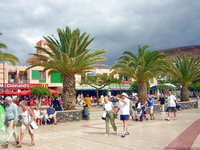 Promenade Los Christianos mit internationalen Restaurants direkt am Playa Las Vistas