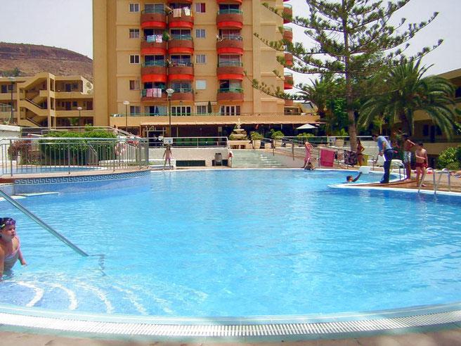 Pool Innbereich der Anlage Los Torres mit Poolbar und Internet in Los Christianos