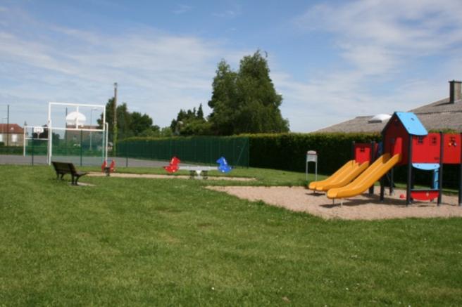 L'espace de jeux et le terrain multi-sports sont très appréciés.
