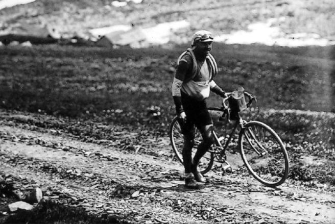 Octave Lapize schiebt sein Rad auf dem Weg zum Sieg bei der ersten Bergetappe 1910.