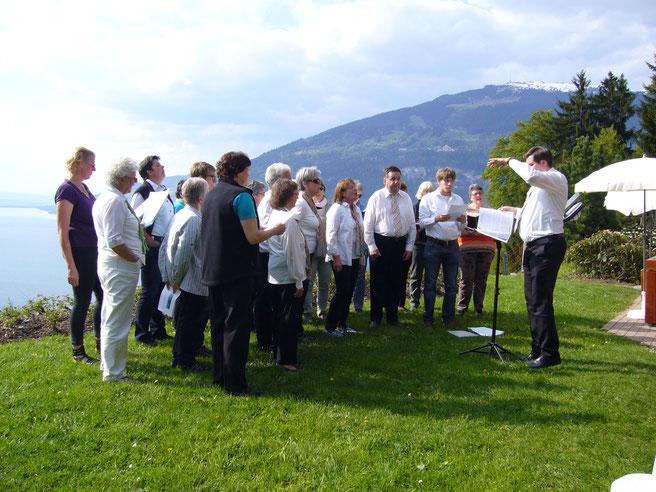 Das Vocalensemble Vocalissimo Bern gemeinsam mit dem Frauenchor Gstaad-Saanen während des Auftritts auf der Meielisalp. Im Hintergrund der Thunersee und das Niederhorn.
