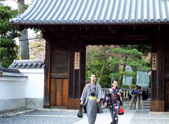 Jeune couple en habits traditionnels revenant du jardin des mille pierres