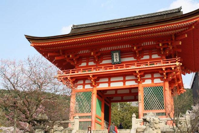 """Kiyomizu-dera : la """"Porte des Deva""""  (仁王門 Niō Mon) . Sur la gauche : un prunier"""