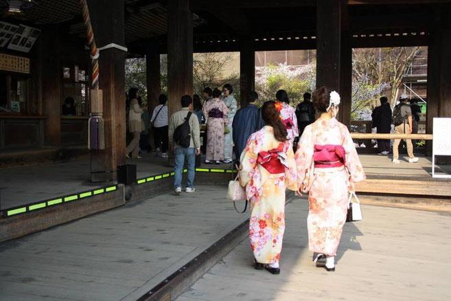 Les deux jeunes filles en kimono qui nous ont pris en photo s'éloignent...