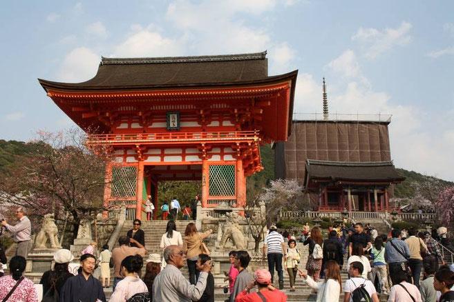 """La porte Deva (reconstruite à la fin du 15e)  et le """"Sanju-no-to"""" en restauration (sous la bâche)"""