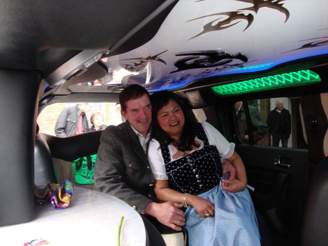 Josef und Narumol  in der Hummer-Stretchlimousine --- Bauer sucht Frau